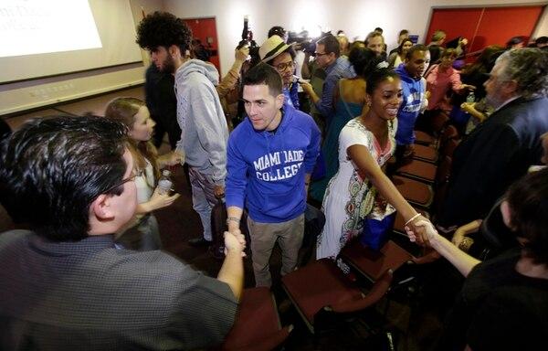 Un grupo de estudiantes cubanos, quienes cursarán un semestre en el Miami Dede College, en Miami, conocen a sus profesores después de arribar ayer a esa ciudad de Florida.   AP