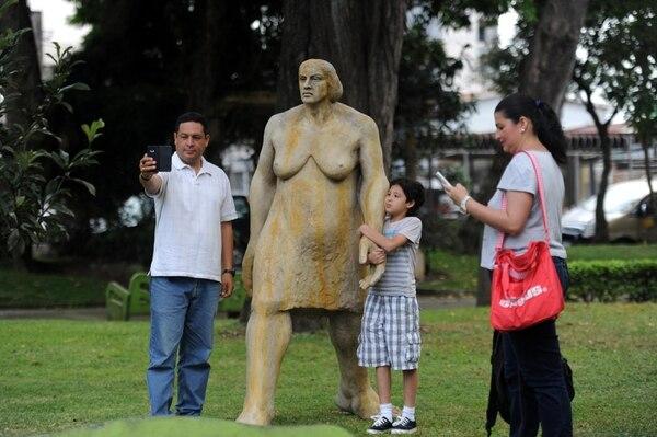 Gerardo Zuñiga, su esposa Nancy Leal y su hijo Kevin Zuñiga, visitan la escultura 'Úrsula' (1987) de Edgar Zúñiga Jiménez. Foto: Diana Méndez.