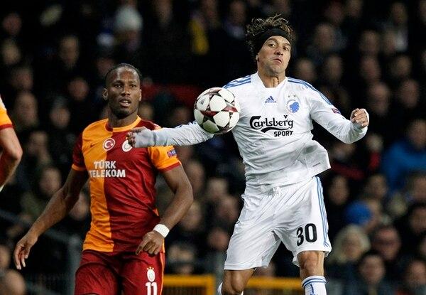 El volante costarricense Christian Bolaños, intercepta un balón ante la mirada de Didier Drogba del Galatasaray de Turquía.   AP