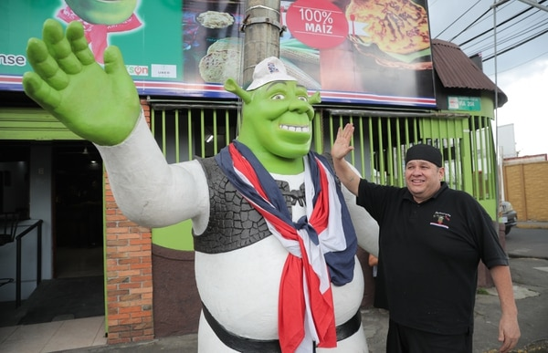 Arturo Mora adoptó al Shrek hace unos cinco años. Ahora, su hijo más alto es uno de los atractivos de su negocio. Foto Jeffrey Zamora