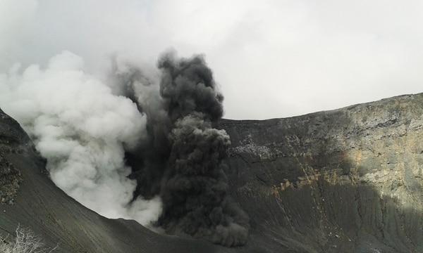 En esta erupción del volcán Turrialba, ocurrida el jueves 29 de octubre, se evidencia que el material salió por dos bocas diferentes. Una tiene un componente de vapor (izquierda) y la otra de ceniza y rocas incandescentes. Hay una tercer boca, que exhala vapor de agua y gases volcánicos que está en la parte de atrás. | GUILLERMO ALVARADO PARA LN