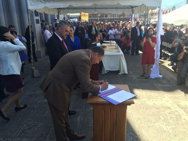 El presidente de la República, Luis Guillermo Solís, firmó este lunes la ley 9292, que permitirá la construcción de la carretera San José - San Ramón.