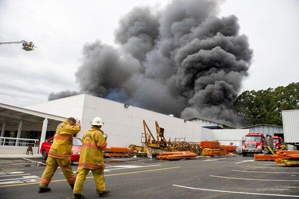 Los bomberos tardaron una hora en controlar el incendio que ocurrió en Heredia. | LUIS NAVARRO