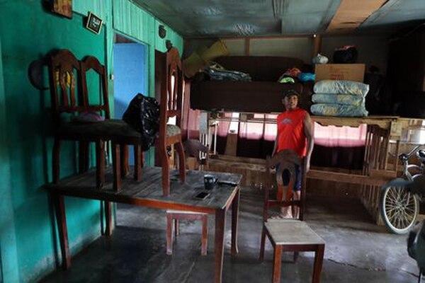 Gilberto Castillo, vecino de Palmar Sur, subió los muebles lo más que pudo para salvarlos de una eventual nueva llena.