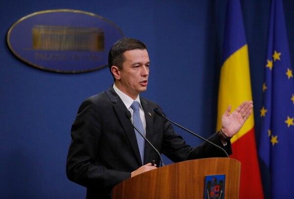 El primer ministro de Rumania, Sorin Grindeanu, hizo el anuncio sobre la anulación del decreto este sábado ante los medios de comunicación en Bucarest, Rumania.