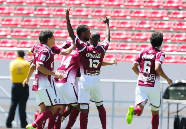 Kendall Waston celebra con sus compañeros el primer gol que anotó para Saprissa ante Santos este domingo en el Estadio Nacional.