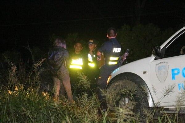 Oficiales de la Fuerza Pública y agentes judiciales mientras iniciaban con las pesquisas en el lugar. Reiner Montero