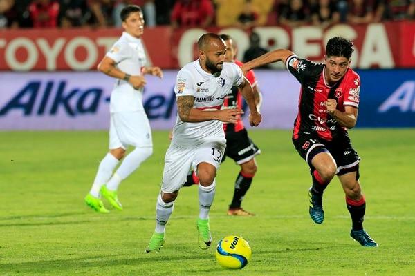 Ricardo Blanco (izquierda) disputó la pelota con el rojinegro Cristopher Meneses, en la jornada 16 del Torneo de Clausura 2018. Fotografía: Rafael Pacheco.