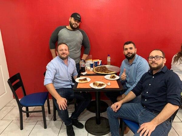 De pie, Danny Hernández, administrador de Pizza El Muro. Sentados: Marco Tonti (izquierda), Osvaldo Calderón (centro) y Davide Tonti (derecha).