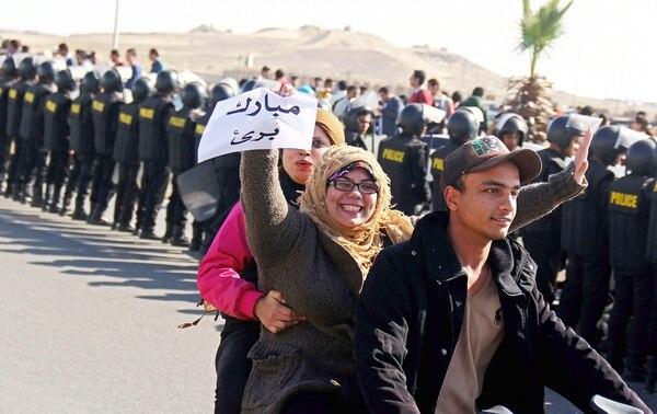 Los partidarios del ex presidente egipcio Hosni Mubarak celebran con un papel que dice 'Mubarak inocente' después de escuchar la decisión del tribunal sobre el ex presidente egipcio Hosni Mubarak fuera de una academia de policía en El Cairo.