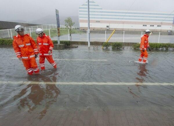 En la imagen, personal de rescate de la ciudad turística de Tonosho, en la isla de Shodoshima, examina la zona donde la tormenta tropical causó algunos daños a viviendas.