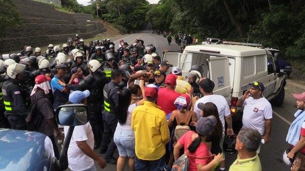 La Policía se enfrentó a huelguistas para habilitar el paso en Barranca de Puntarenas. Foto: Andrés Garita, corresponsal GN