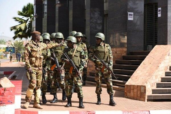 Soldados malienses custodiaban el sábado los alrededores del hotel Radisson Blu en Bamako, escenario de un cruenta toma de rehenes. | EFE