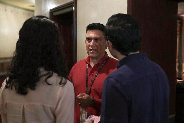 Hubert Sánchez colabora con el acomodo de personas, aunque su función es de supervisión. Foto: Alonso Tenorio