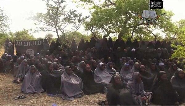 Imagen tomada del video distribuido por Boko Haram, donde se ve a un grupo de jóvenes, supuestamente del grupo secuestrado en Chibok. Ellas recitan el primer capítulo del Corán, libro sagrado del islam. | AP