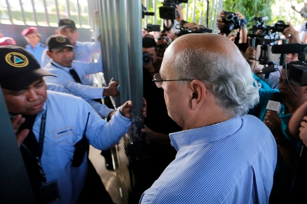 Journalist Carlos Fernando Chamorro arrives at the Central Judicial Complex of Managua to request an appeal to stop the expropriation of his property after it was seized by the state in Managua on December 17, 2018. - Nicaraguan police occupied the headquarters of opposition newspaper Confidencial and of civil and human rights organizations after they were stripped of their legal status, the affected individuals denounced last Saturday. (Photo by Inti Ocon / AFP)