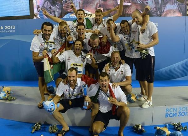 Los medallistas de oro de Hungría celebran en el podio tras ganar la final de waterpolo frente a Montenegro.