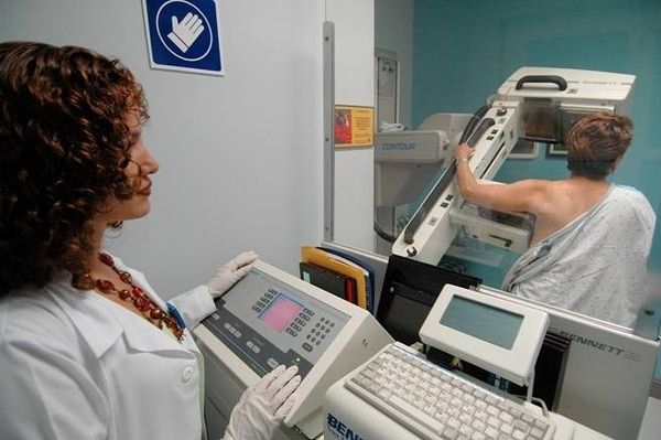 Las clínicas de mama son servicios que funcionan en algunos Ebáis, clínicas y hospitales que detectan a las pacientes con mayores riesgos de tener cáncer de mama