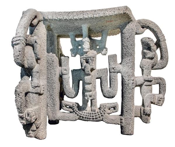 Este metate de panel colgante o calado está exhibido en la Sala Precolombina del Museo Nacional.