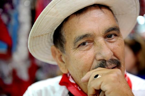 Juan Rafael Sandoval Villalobos, mejor conocido como Emeterio Viales, le pone muchas ganas a la vida. La pandemia afectó su trabajo pero no se rinde. Fotos Melissa Fernández Silva