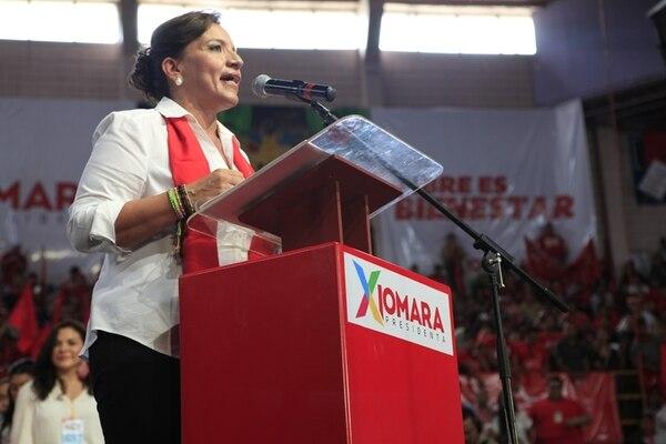 La candidata presidencial Xiomara Castro habla durante la convención del Partido Libre, ayer, en Tegucigalpa. | AP