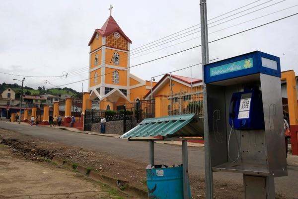 Cot de Oreamuno: en los pueblos rurales los teléfonos públicos son apreciados y más usados que en la ciudad. Foto: Rafael Pacheco