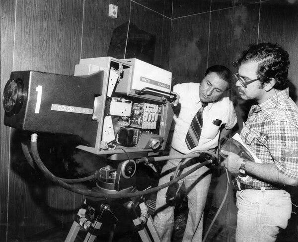 Rigoberto Quiros Steller, viendo a la cámara, fue uno de los fundadores del Sinart y además, creador de sus noticieros. Foto: Archivo LN