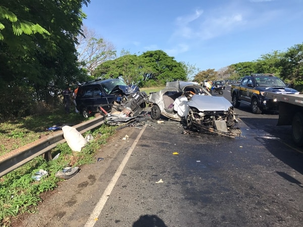 El accidente ocurrió en la recta de Los Mangos, La Garita, a las 5:15 a. m. Los fallecidos iban en el Honda Civic gris.