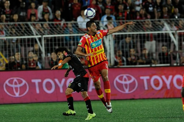 Leonardo González (derecha) disputa un balón con Allen Guevara, el sábado ante Alajuelense, en su primer partido en el Torneo de Verano 2016 con el Herediano.