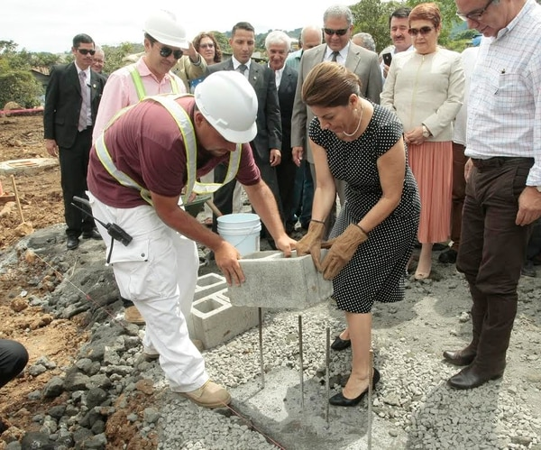 Desde junio se inició el movimiento de tierras y este jueves se colocaron los primeros bloques de concreto.