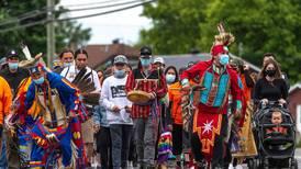 Canadá honra a niños indígenas fallecidos en antiguo internado con banderas a media asta