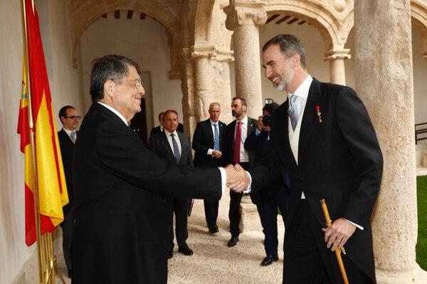 Sergio Ramírez saluda al rey Felipe de España antes de recibir el Premio Cervantes