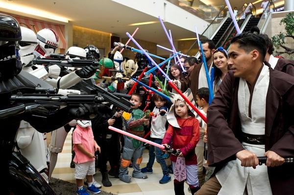Fanáticos de Star Wars celebran el estreno de el Despertar de la Fuerza en Multiplaza Escazú. Fotos: Jorge Navarro