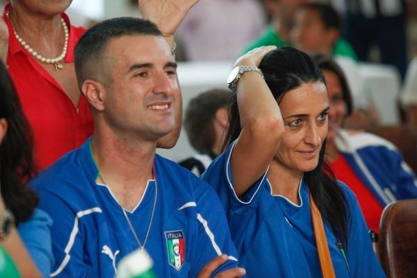 Itlianos ven el partido en la Casa Italia