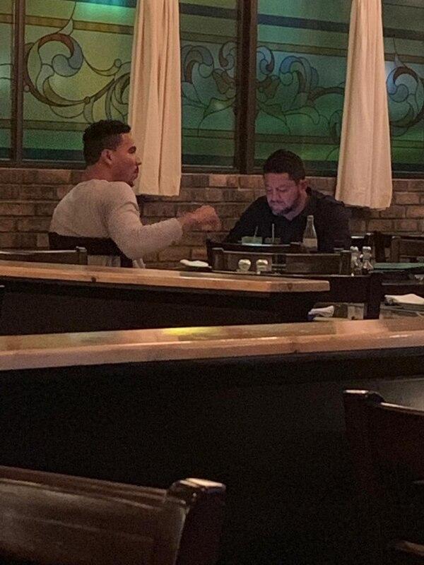 Foto que circula en WhatsApp desde la noche de este jueves, donde se ven Jafet Soto y Esteban Alvarado compartiendo en un restaurante.
