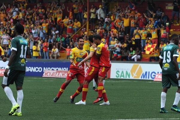 Jairo Arrieta celebra con Rándall Azofeifa. Los florenses dependen de su puntería para ganar la cuadrangular.