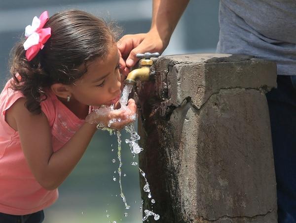 La administración y venta del agua está hoy en manos del AyA, acueductos comunales o asadas, acueductos municipales y la Empresa de Servicios Públicos de Heredia (ESPH). Segun la ley, sus ganancias deben ser reinvertidas en mejoras de servicios y sistemas propios.   RAFAEL PACHECO