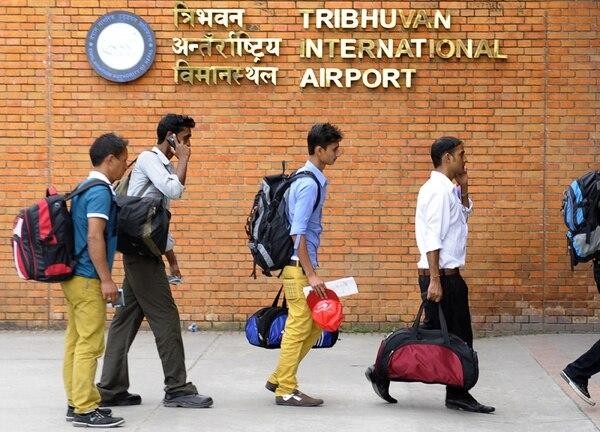 Trabajadores emigrantes nepaleses en el Aeropuerto Internacional de Katmandú, en Nepal. Este es el grupo laboral más desprotegido en Catar. | AFP