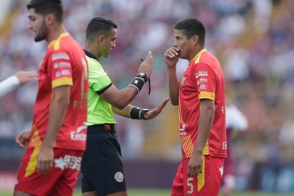 Esteban Granados conversa con Juan Gabriel Calderón en el juego entre Herediano y Saprissa. Fotografía José Cordero