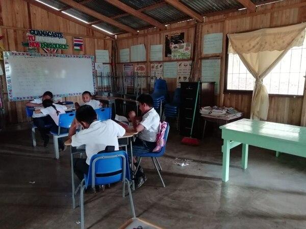 Alumnos de la Escuela Rosario, en Nicoya, reciben lecciones en un rancho hecho después de que el terremoto del 2012 dañara severamente su escuela. Foto cortesía Escuela Rosario