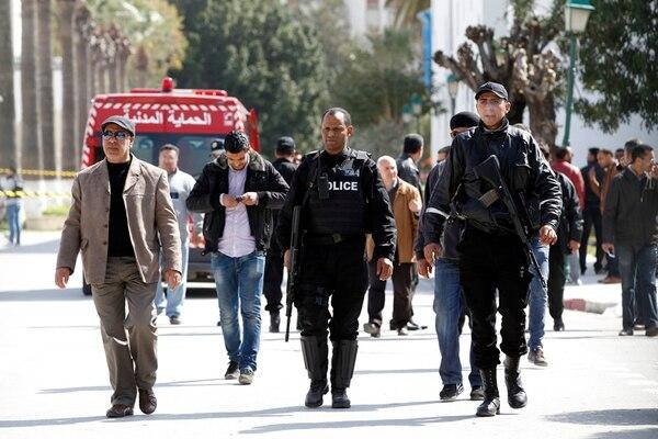 Oficiales de policía abandonan el Museo del Bardo, en la capital de Túnez, un día después de que hombres armados asesinaron a 18 turistas extranjeros y tres tunecinos en un atentado terrorista reivindicado por el Estado Islámico (EI), que amenaza ahora a Túnez con más violencia. | AP