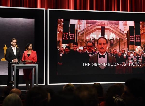 Los anfitriones Chris Pine y Cheryl Boone presentan la nominación de 'The Budapest Hotel' como candidata a mejor película
