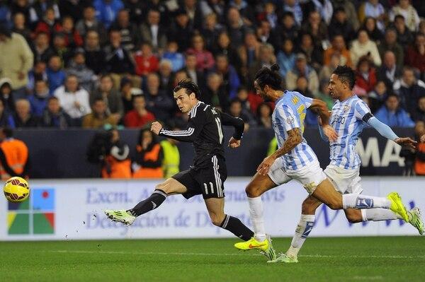Gareth Bale remata para concretar el segundo tanto del Real Madrid ante el Málaga.