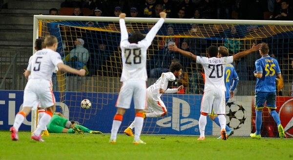 Varios jugadores del Shakhtar, entre ellos el brasileño Douglas Costa (20), quien ayer hizo cinco tantos, celebran el penal conseguido por Luiz Adriano (centro), coterráneo de Costa, durante la paliza del 7-0 al Bate Borisov. | AP
