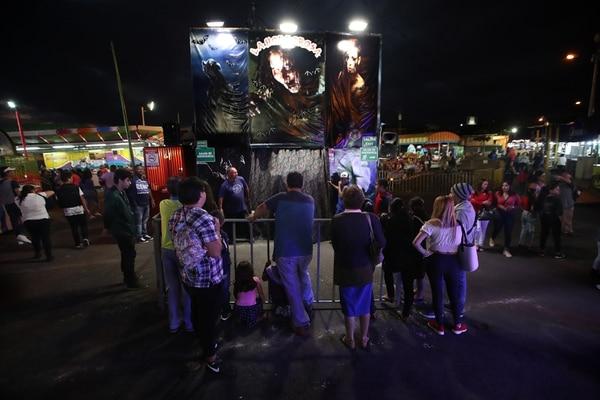 Decenas de curiosos se acercan a las afueras de La Horrorosa. Foto: John Durán