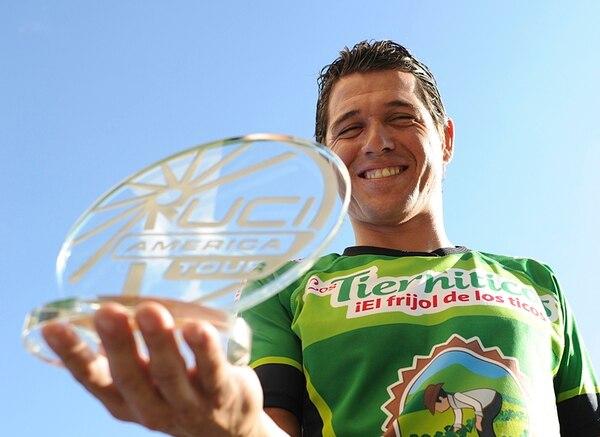 Juan Carlos Rojas exhibe el trofeo como campeón del ranquin América Tour de la UCI. | JORGE NAVARRO
