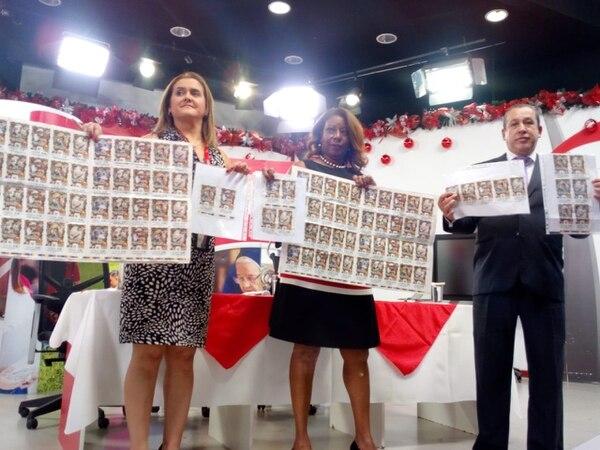Los billetes ganadores fueron presentados por Evelyn Blanco, jefa del departamento de mercadeo; Esmeralda Britton, presidenta de la JPS; y Claudio Madrigal, gerente de producción. Foto: Yeryis Salas.