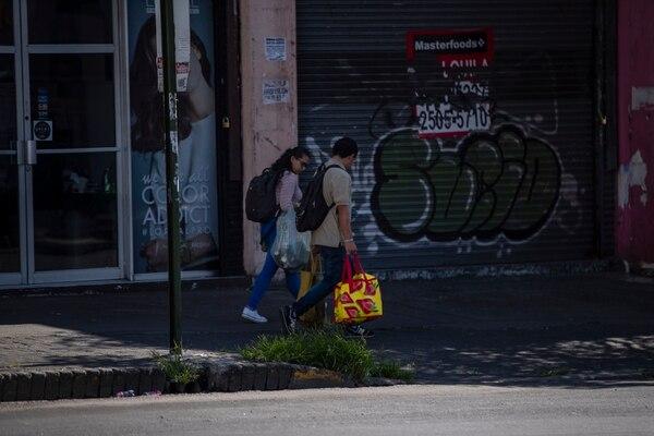Gobierno comenzará entregas de subsidios de hasta ¢200.000 mensuales en la primera quincena de abril. Habilitarán un sitio web para que los afectados por la emergencia sanitaria presenten su solicitud. Fotografía: José Cordero.