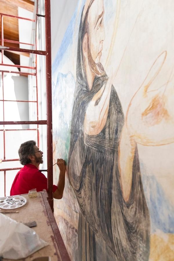 A mediados de semana, José Antonio Martínez, restaurador costarricense que reside en México, trabajaba en devolverle el color a algunas zonas del mural Los estigmas de San Francisco (1954). Fotografía: Alejandro Gamboa Madrigal
