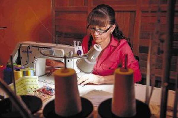 Amarilis Guerrero recibió apoyo del IMAS para comprar dos máquinas de coser, además de materia prima para fabricar sus almohadas medicinales. Ahora pretende seguir innovando con bordados.   MAYELA LÓPEZ